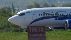 Lignes a?riennes Boeing 737 de SCAT acc?l?rer avant le d?part banque de vidéos