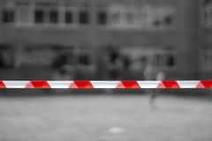 Lignes rouges et blanches de bande de barrière À la station de métro, le fond d'aéroport Scène criminelle image stock