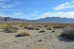 Lignes téléphoniques chaîne de montagne de la Californie du sud dans le désert Photographie stock libre de droits