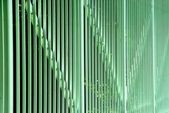 Lignes Vertes dans une barrière en métal Photos stock