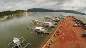 Ligplaats met boten in de stad van Coron PALAWAN filippijnen stock footage