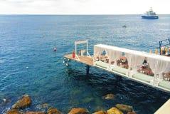Ligplaats met tenten op de kust royalty-vrije stock fotografie