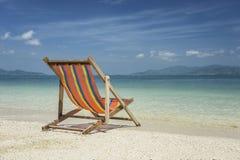 Ligstoel bij strand in Thailand Royalty-vrije Stock Foto's