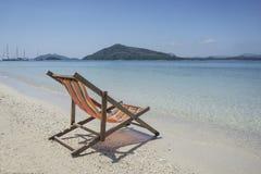 Ligstoel bij zonnig strand in Thailand Royalty-vrije Stock Foto