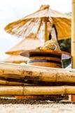 Ligstoel en paraplu op zandstrand Concept voor rust, ontspanning, vakantie, kuuroord, toevlucht Stock Foto