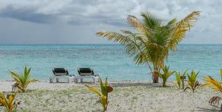 Ligstoel met strandmeningen, de Maldiven stock foto's