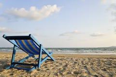 Ligstoel op het strand stock afbeelding