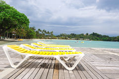 Ligstoel op het strand Stock Fotografie