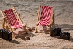 Ligstoel op het zandige strand royalty-vrije stock foto's
