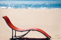 Ligstoel op idyllisch tropisch zandstrand Stock Afbeelding