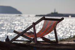 Ligstoel op strandzand Stock Foto