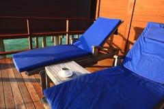 Ligstoel in watervilla, de Maldiven Stock Foto