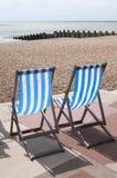 Ligstoelen bij de Kust Stock Foto's