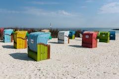 Ligstoelen bij Duin, Duits eiland dichtbij Helgoland stock afbeeldingen