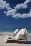 Ligstoelen bij het Eiland van de Kaaiman Stock Foto