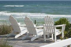 Ligstoelen bij het Strand Stock Afbeeldingen