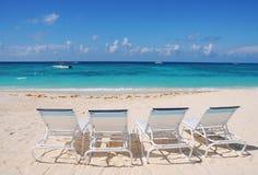 Ligstoelen bij oceaanvoorzijde Stock Foto's