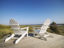 Ligstoelen bij strand. Stock Afbeelding