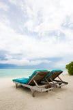 Ligstoelen bij tropisch strand Royalty-vrije Stock Foto's