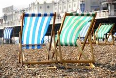 Ligstoelen door de Pijler Stock Afbeelding