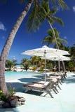 Ligstoelen door het zwembad in tropische toevlucht in Franse Polynesia Royalty-vrije Stock Foto's