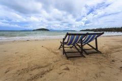 Ligstoelen en blauwe hemel Stock Foto's