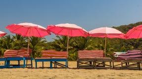 Ligstoelen en met paraplu op het strand dichtbij Zoet meer, Aronskelken Stock Afbeeldingen
