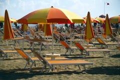 Ligstoelen en paraplu's Royalty-vrije Stock Foto