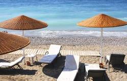 Ligstoelen en paraplu's Royalty-vrije Stock Afbeelding