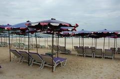 Ligstoelen en paraplu's Royalty-vrije Stock Fotografie