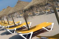 Ligstoelen en paraplu's. Royalty-vrije Stock Afbeelding