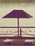 Ligstoelen en parasol Stock Fotografie