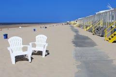 Ligstoelen en strandhutten bij het strand, Nederland Stock Foto