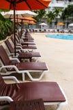 Ligstoelen en zwembad Stock Afbeelding