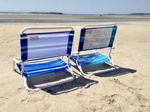 Ligstoelen in het zand royalty-vrije stock afbeelding