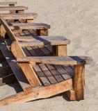 Ligstoelen in het zand Royalty-vrije Stock Foto
