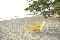 Ligstoelen op het strand Stock Foto's
