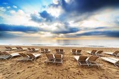Ligstoelen op het strand Royalty-vrije Stock Afbeeldingen
