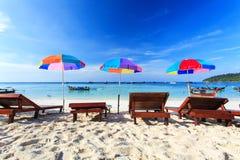 Ligstoelen op het strand royalty-vrije stock foto