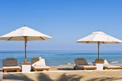 Ligstoelen op het strand Royalty-vrije Stock Foto's