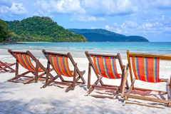 Ligstoelen op het witte zandstrand Stock Foto