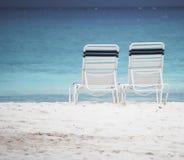 Ligstoelen op het zand Royalty-vrije Stock Fotografie