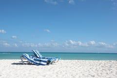 Ligstoelen op perfect tropisch wit strand Royalty-vrije Stock Foto's