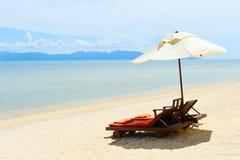 Ligstoelen op perfect tropisch wit zandstrand Royalty-vrije Stock Afbeeldingen