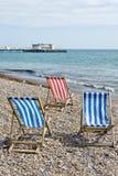 Ligstoelen op strand Stock Afbeelding