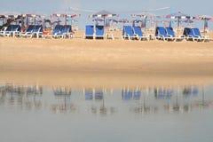 Ligstoelen op strand Royalty-vrije Stock Foto