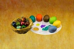 Ligt de eieren geschilderde grote handdruk op een pallet op een houten achtergrond Royalty-vrije Stock Afbeelding