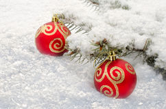 Ligt de Kerstmis Rode Bal in de sneeuw Stock Afbeeldingen