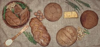 Ligt het gluten vrije brood op een natuurlijke stof van jute Gemengde eigengemaakte broden van amarantbloem Royalty-vrije Stock Afbeelding