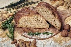 Ligt het gluten vrije brood op een natuurlijke stof van jute Gemengde eigengemaakte broden van amarantbloem Royalty-vrije Stock Foto's